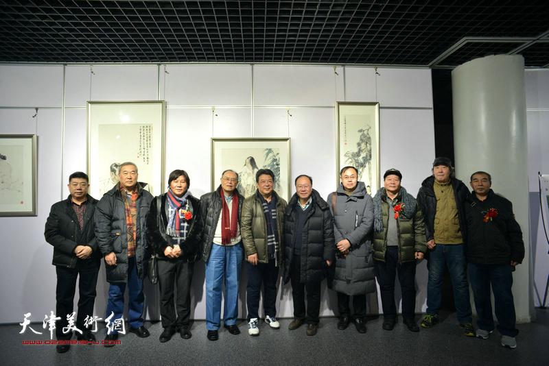 左起:张养峰、殷金山、高学年、费超杰、李庆林、庞黎明、李新禹、蔡长奎、张亚光、王少玉在书画展现场。