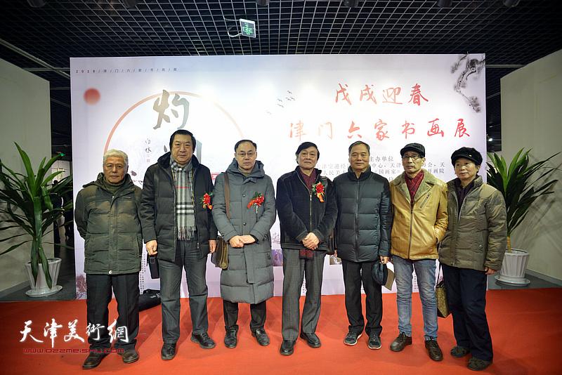左起:王东生、孙玉河、李新禹、琚俊雄、邢立宏、卢炳剑、许鸿茹在书画展现场。