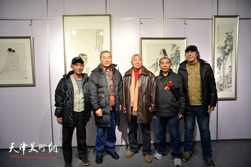 左起:赵奎生、殷金山、高杰、王少玉、张亚光在书画展现场。