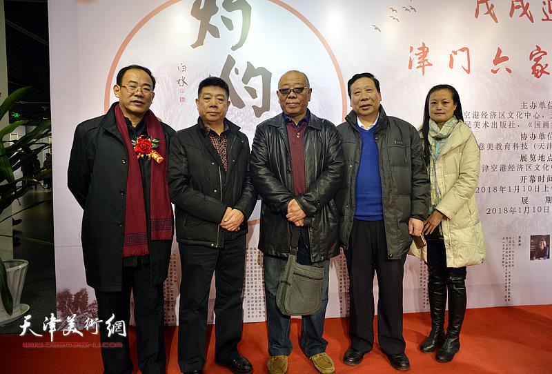 左起:卞昭宏、张养峰、马俊卿、杨利民、王昕在书画展现场。