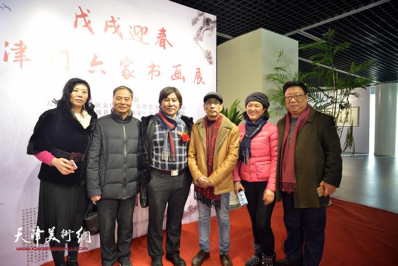 邢立宏、卢炳剑、许鸿茹、高学年、周月庆等在书画展现场。