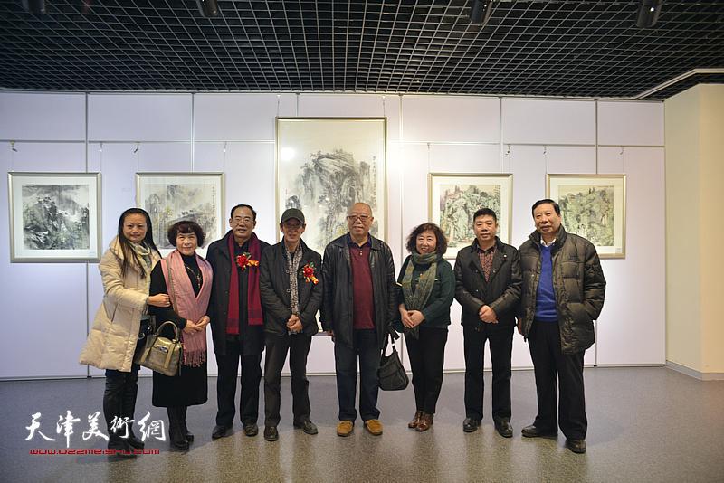 左起:王昕、史玉、卞昭宏、王印强、马俊卿、焦小红、张养峰、杨利民在书画展现场。