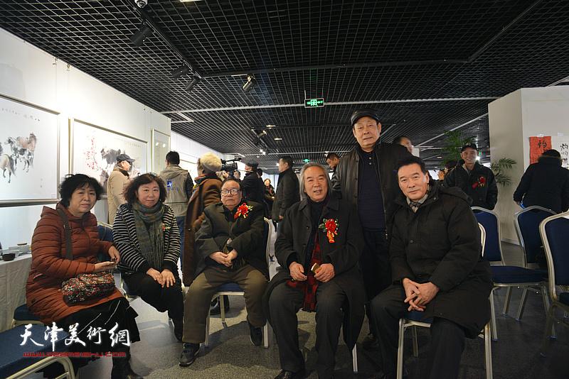张蒲生、霍春阳、焦小红、陈之海、王忠在书画展现场。
