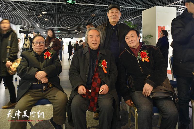 张蒲生、霍春阳、琚俊雄、王忠在书画展现场。