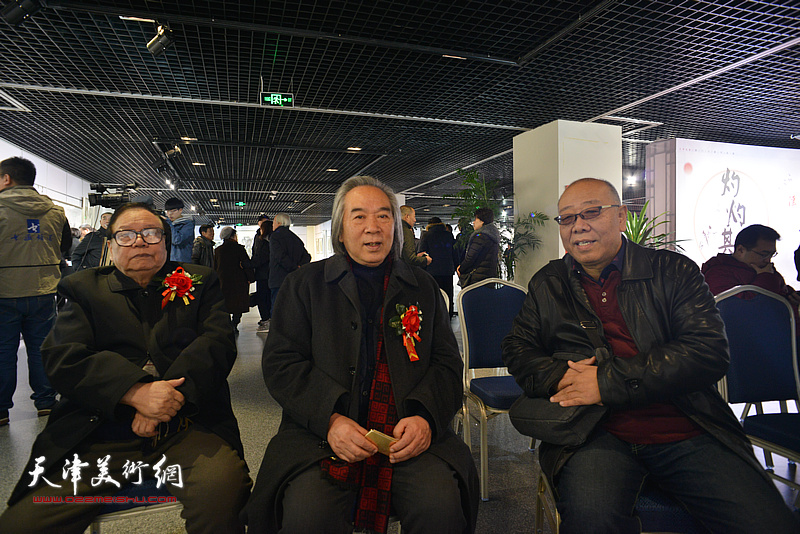 张蒲生、霍春阳、马俊卿在书画展现场。
