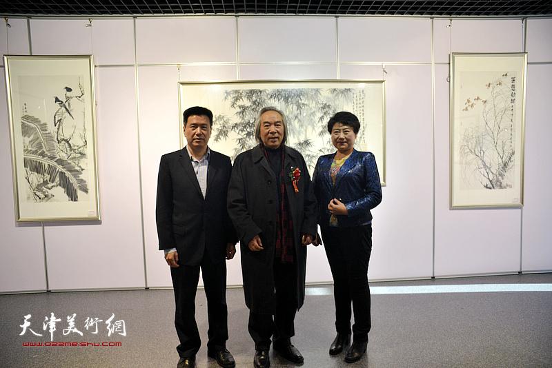 霍春阳、李岩、王萍在书画展现场。