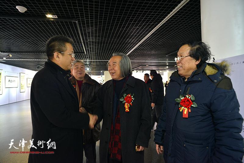 霍春阳、李毅峰、高杰、任庆明在书画展现场。