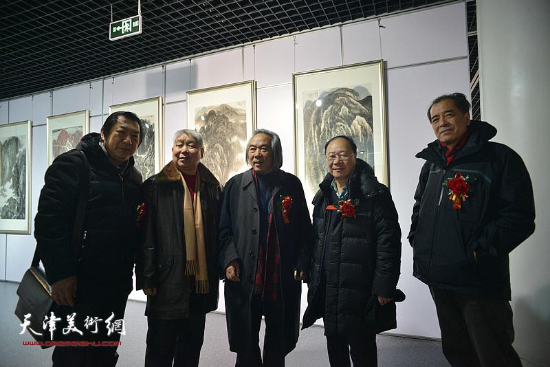 左起:孙玉河、高杰、霍春阳、庞黎明、张志连在书画展现场。