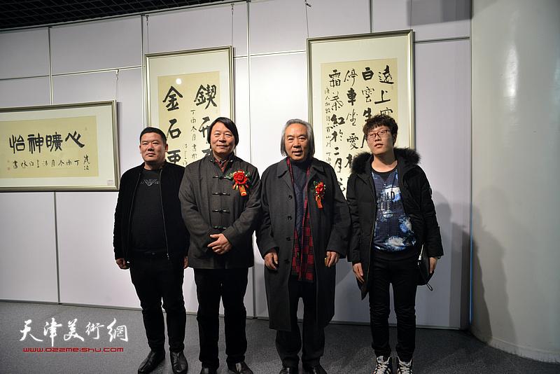 霍春阳、杨跃泉在书画展现场。