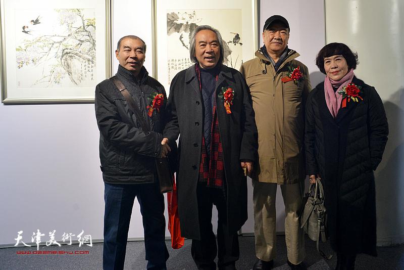 霍春阳、戴世隆、史玉、王少玉在书画展现场。