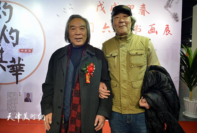 霍春阳、张亚光在书画展现场。