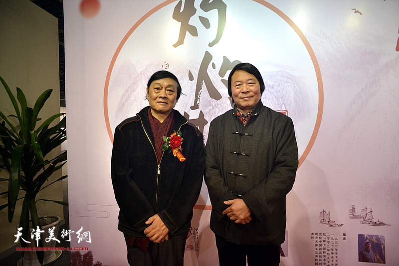 琚俊雄、杨跃泉在书画展现场。