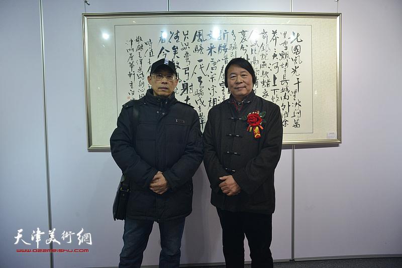 杨跃泉、梁学忠在书画展现场。