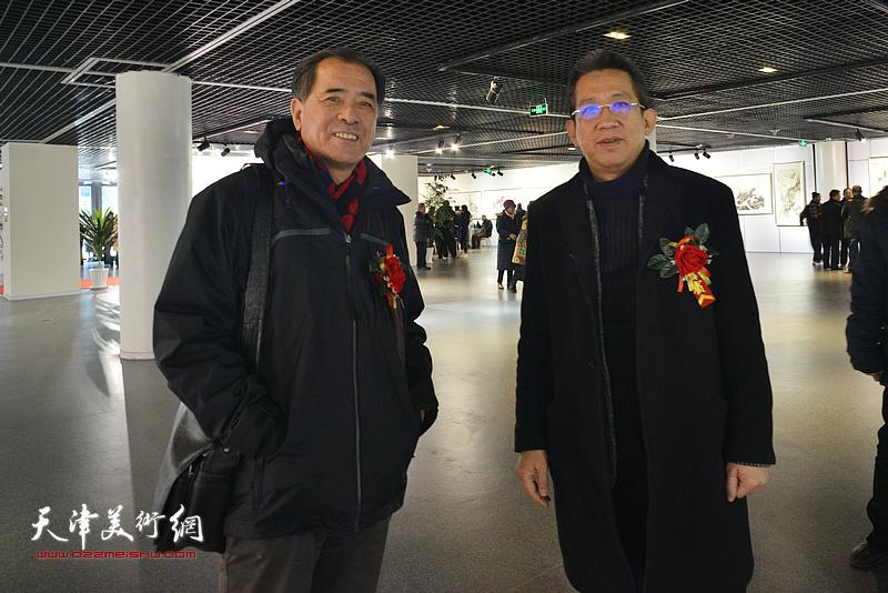 李毅峰、张志连在书画展现场。