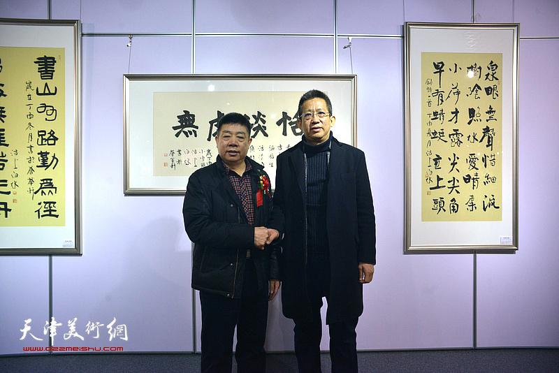 李毅峰、张养峰在书画展现场。
