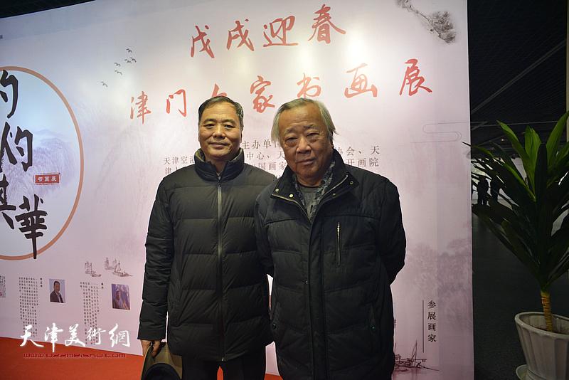 阮克敏、邢立宏在书画展现场。