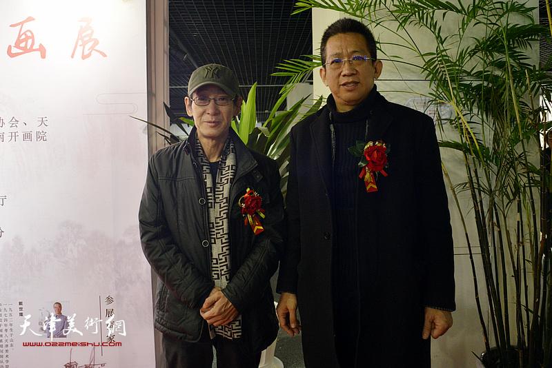 李毅峰、王印强在书画展现场。