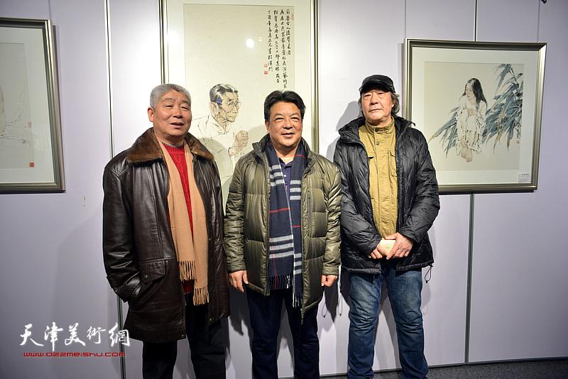 左起:高杰、李庆林、张亚光在书画展现场。