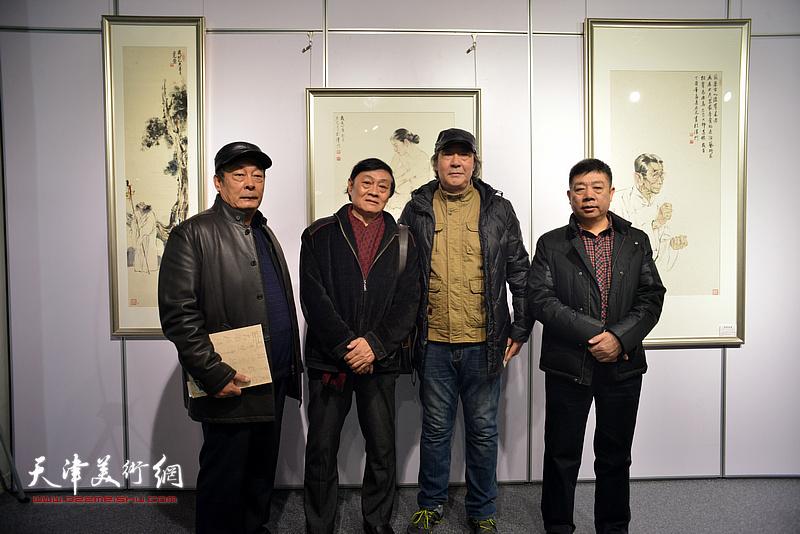 左起:王忠、琚俊雄、张亚光、张养峰在书画展现场。