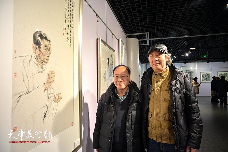 庞黎明、张亚光在书画展现场。