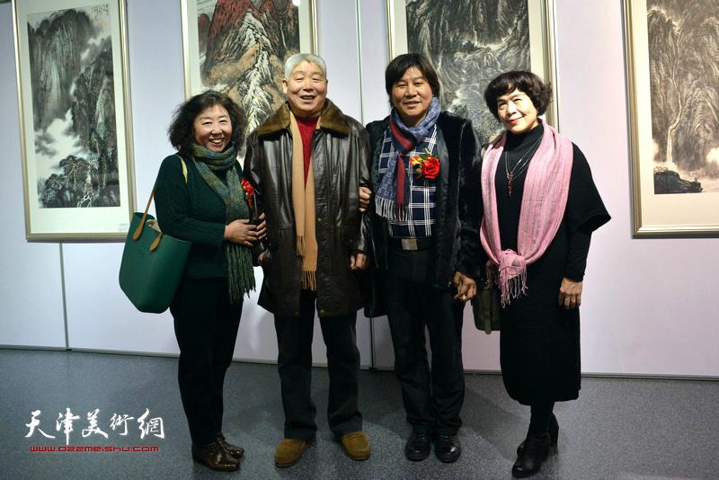 左起:焦小红、高杰、高学年、史玉在书画展现场。