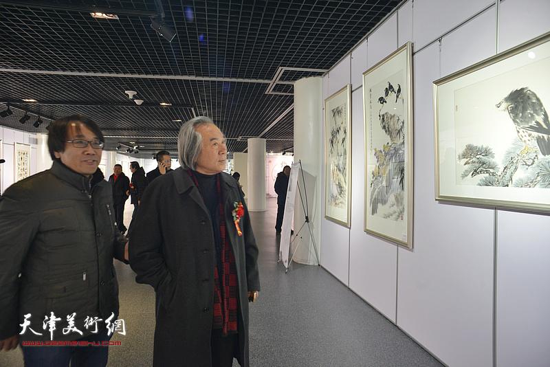 霍春阳、张晓彦观赏展出的作品。