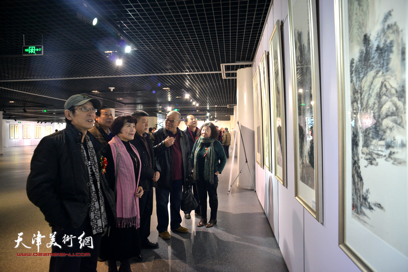 马俊卿、史玉、焦小红、王印强、卞昭宏、杨利民、张养峰观赏展出的作品。