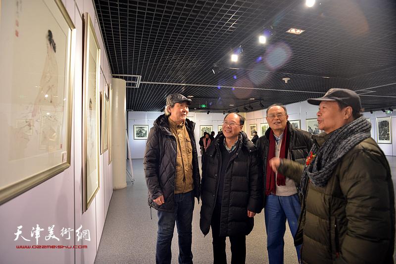 庞黎明、张亚光、蔡长奎、费超杰观赏展出的作品。