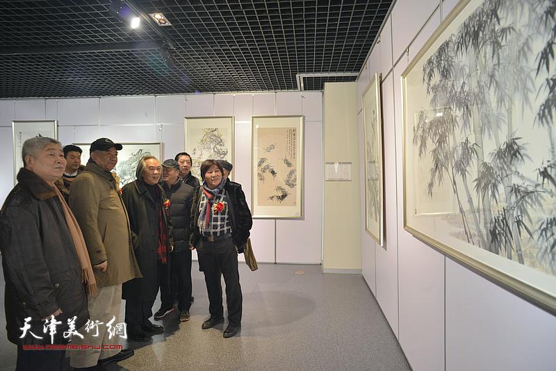 霍春阳、戴世隆、高杰、邢立宏、孙玉河、高学年、王中谋观赏展出的作品。