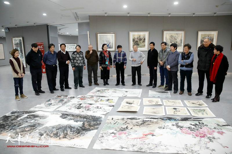 中国扬州八怪研究院天津院的书画家们走进东丽文化惠民。