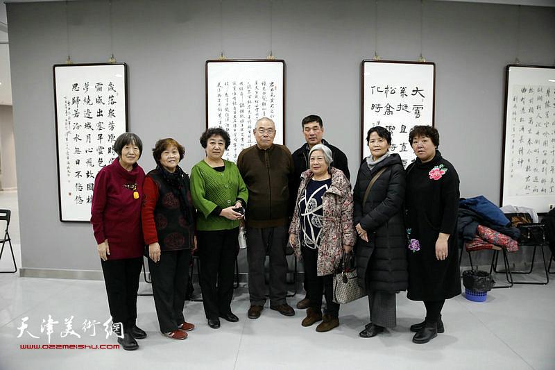 王义常与东丽区书画爱好者在活动现场。