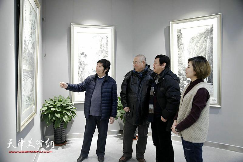 王惠民、王义常、李根友、王霞在东丽美术馆展厅交流