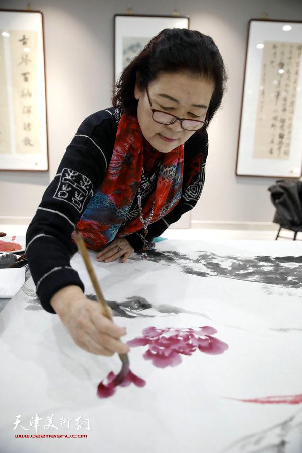 王俊英在活动现场创作。