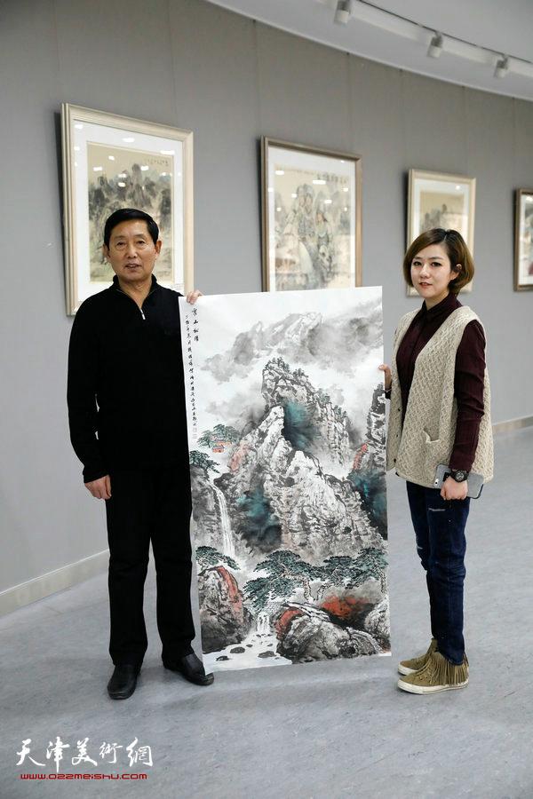 钱桂芳在活动现场创作《雪山松瀑》。