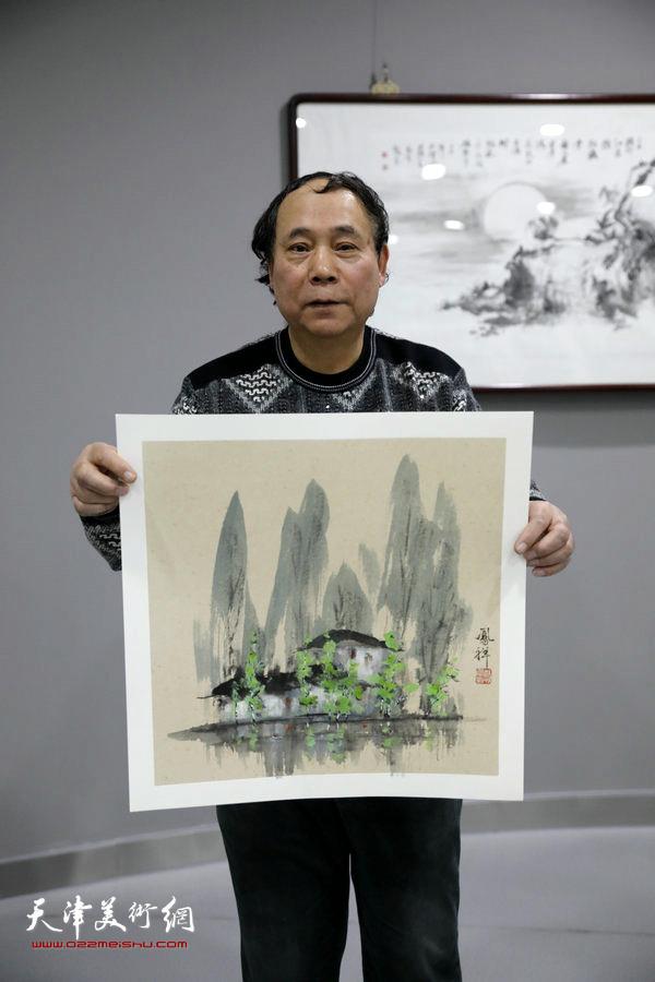 郭凤祥在活动现场创作小品山水画。