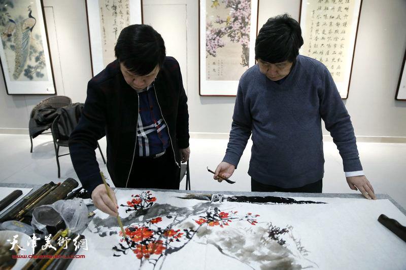 李根友、王惠民在创作中。