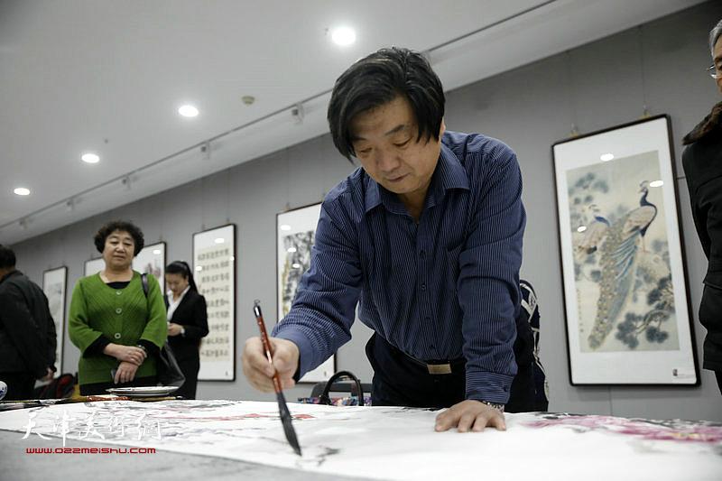 翟洪涛在活动现场创作中。