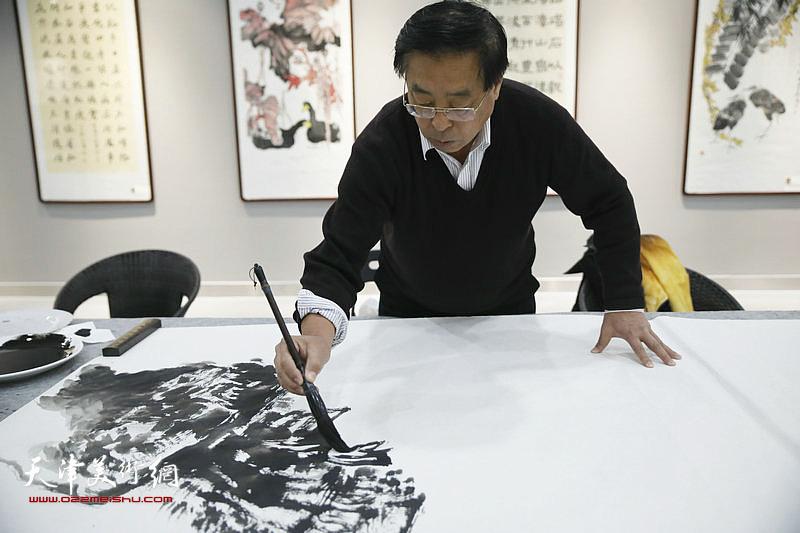 赵俊山在活动现场创作。