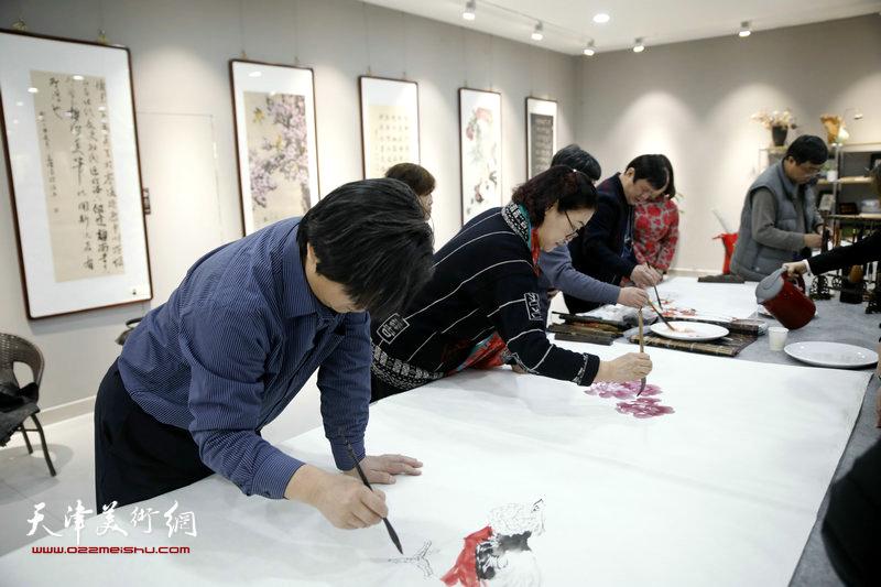 翟洪涛、王俊英在创作中。