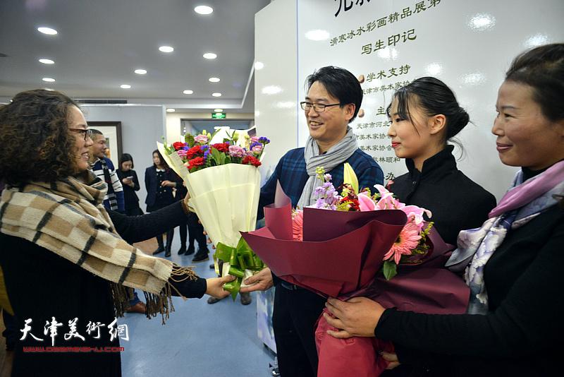 陶香莲送上献花,祝贺展览圆满成功。