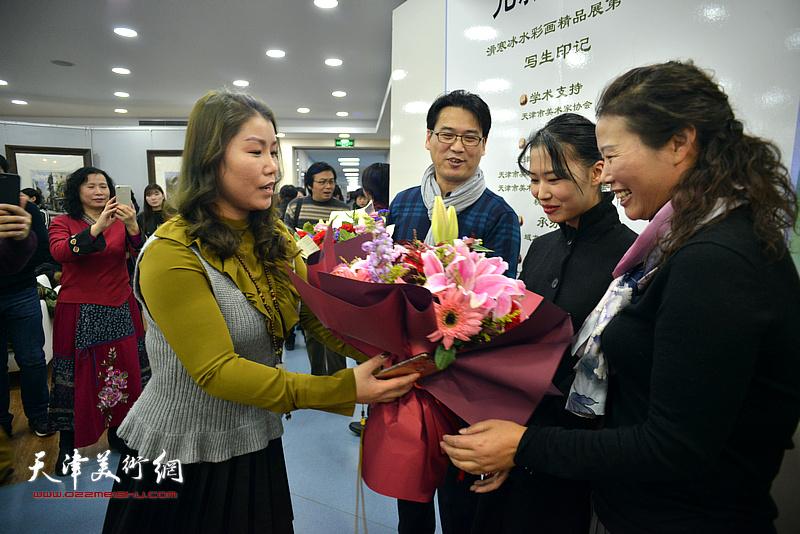 黄丽莉送上献花,祝贺展览圆满成功。