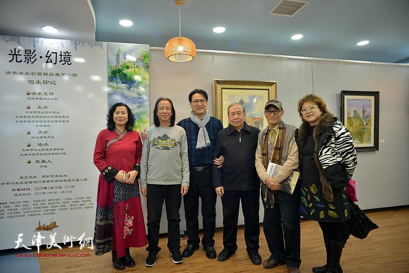 左起:刘艳、周世麟、滑寒冰、李宗儒、古聿俊、张春蕾在展览现场。