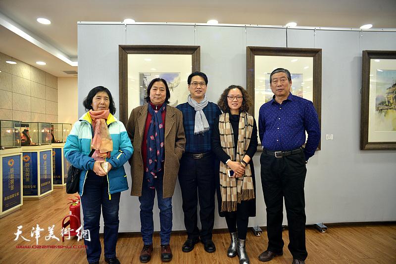 左起:陈异英、杨亦谦、滑寒冰、陶香莲、胡万荣在展览现场。