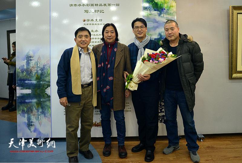左起:王文元、杨亦谦、滑寒冰、李金玺在展览现场。