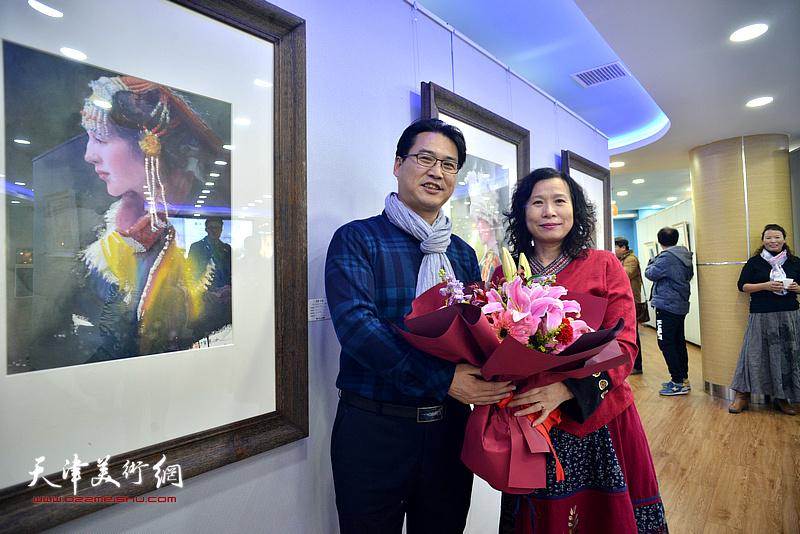 滑寒冰、刘艳在展览现场。