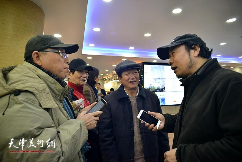 杨俊甫在展览现场与来宾交流。