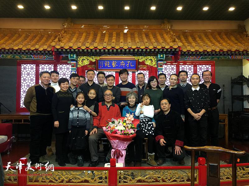 郭书仁与他的弟子们在一起。