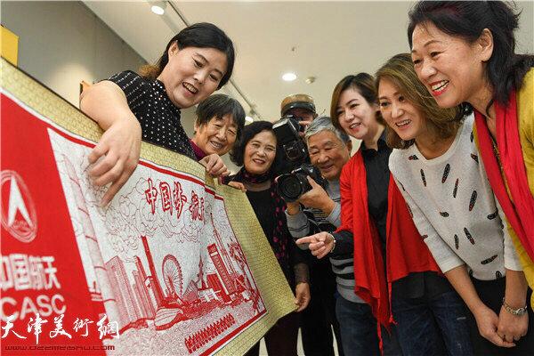 刘长会给爱好者讲解中国梦航天梦的创作心得