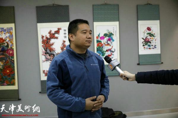 东丽文化馆馆长王祎接受媒体采访中