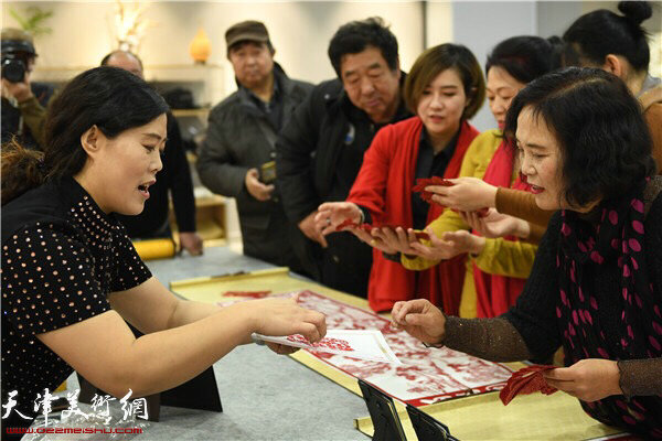 刘长会为观众讲解剪纸技法。